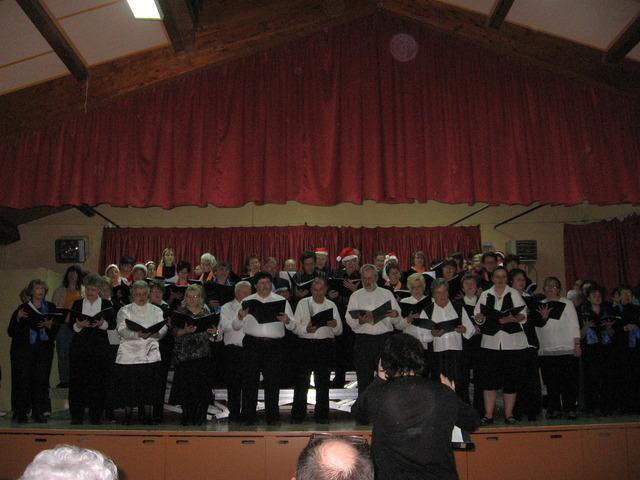 Ensemble des 3 chœurs, sous la direction de Elizabeth Delplanque.