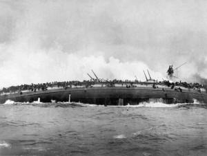 Le Destroyer allemand Blücher coule en Mer du Nord, chargéde munitions et de bombes.